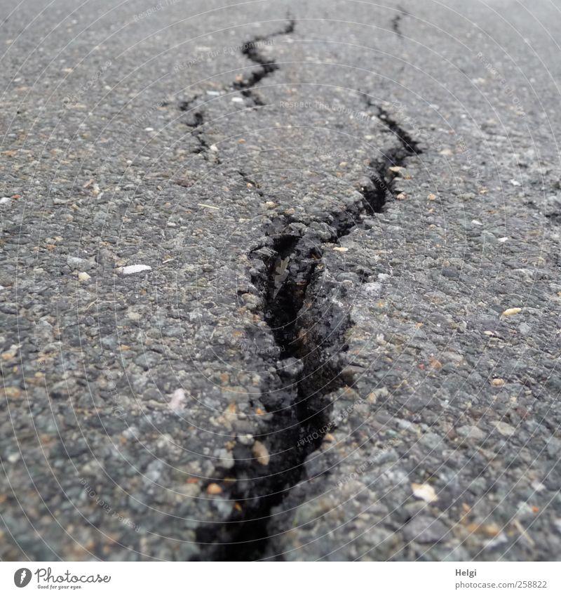 Zahn der Zeit... alt schwarz Umwelt dunkel Straße Wege & Pfade grau Stein Linie Kraft außergewöhnlich authentisch gefährlich Perspektive kaputt
