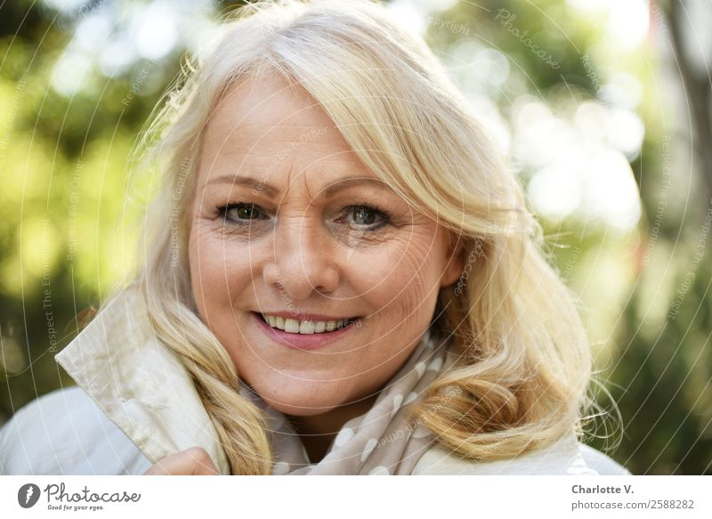 Sonnenschein Frau Mensch schön grün weiß Erwachsene Senior feminin grau Zufriedenheit leuchten frisch blond Lächeln 45-60 Jahre Fröhlichkeit