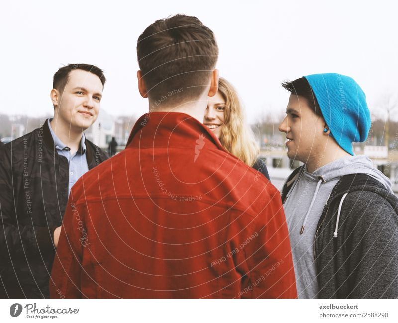Gruppe Freunde unterhalten sich auf der Straße Frau Mensch Jugendliche Mann Junge Frau Junger Mann Freude 18-30 Jahre Lifestyle Erwachsene sprechen Berlin