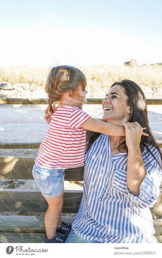 Liebenswertes Mädchen und ihre Mutter an einem Sommertag. Lifestyle Freude Wellness Leben Wohlgefühl Muttertag Kindererziehung Mensch feminin Kleinkind