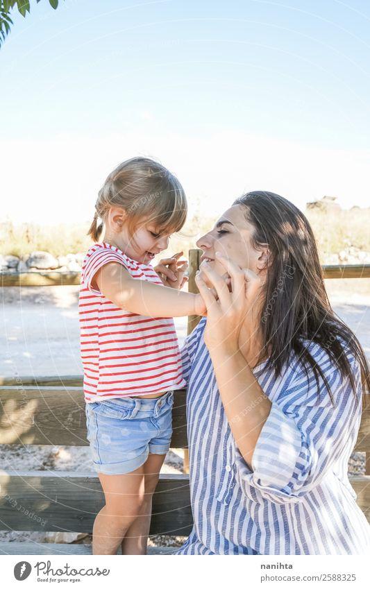 Mama und ihre Tochter im Park Lifestyle Wellness Wohlgefühl Erholung Mensch feminin Kind Kleinkind Mädchen Junge Frau Jugendliche Erwachsene Mutter