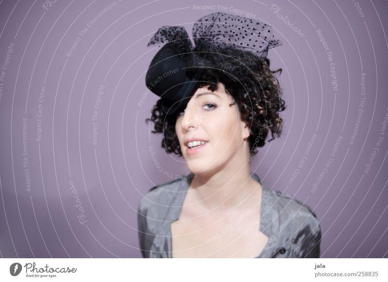 lady marmelade Mensch feminin Frau Erwachsene 1 Mode Accessoire Hut brünett Locken Lächeln Blick ästhetisch Freundlichkeit Fröhlichkeit schön violett Farbfoto