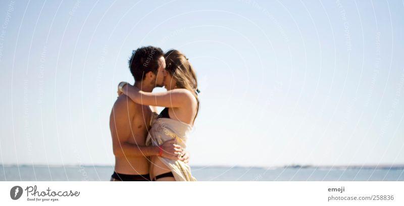 ich will Meer maskulin feminin Junge Frau Jugendliche Junger Mann Paar 2 Mensch Himmel Wolkenloser Himmel Sommer Schönes Wetter Wärme schön blau Küssen Umarmen