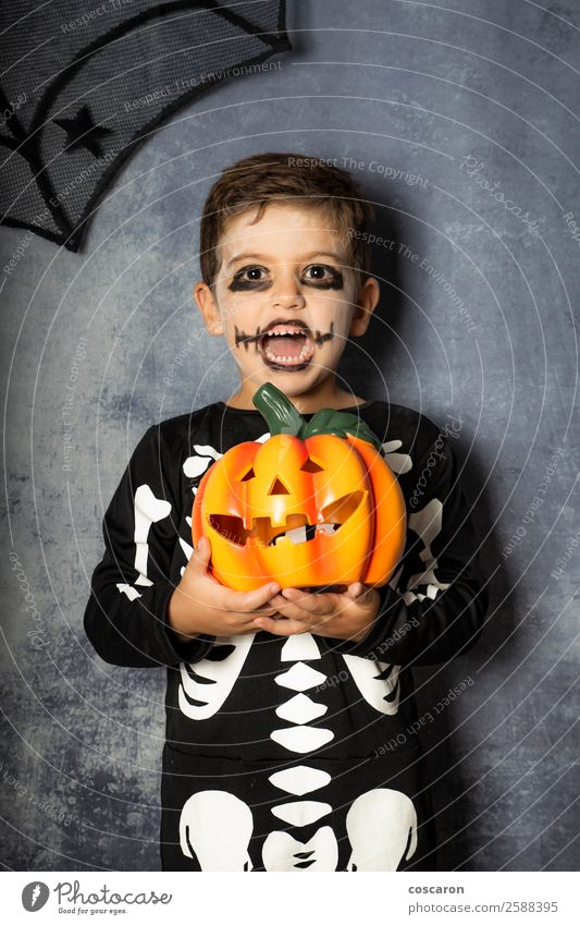 Kleiner Junge im Skelettkostüm mit Halloween-Kürbis Freude schön Gesicht Leben Dekoration & Verzierung Feste & Feiern Karneval Kind Internet Mensch Kindheit