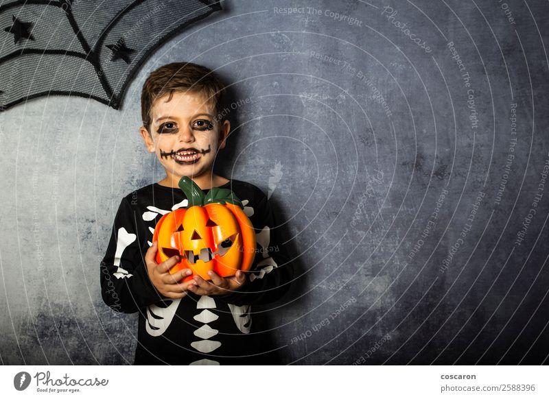 Kleiner Junge im Skelettkostüm mit Halloween-Kürbis Freude schön Gesicht Leben Dekoration & Verzierung Feste & Feiern Karneval Kind Internet Mensch Kleinkind