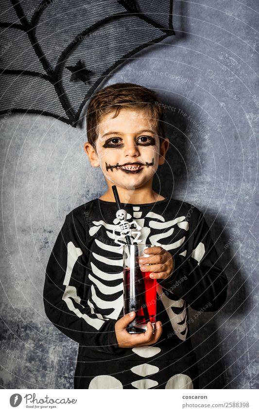 Kleines Kind im Skelettkostüm an Halloween Saft Freude Glück schön Gesicht Schminke Feste & Feiern Karneval Jahrmarkt Mensch Kleinkind Junge Kindheit 1