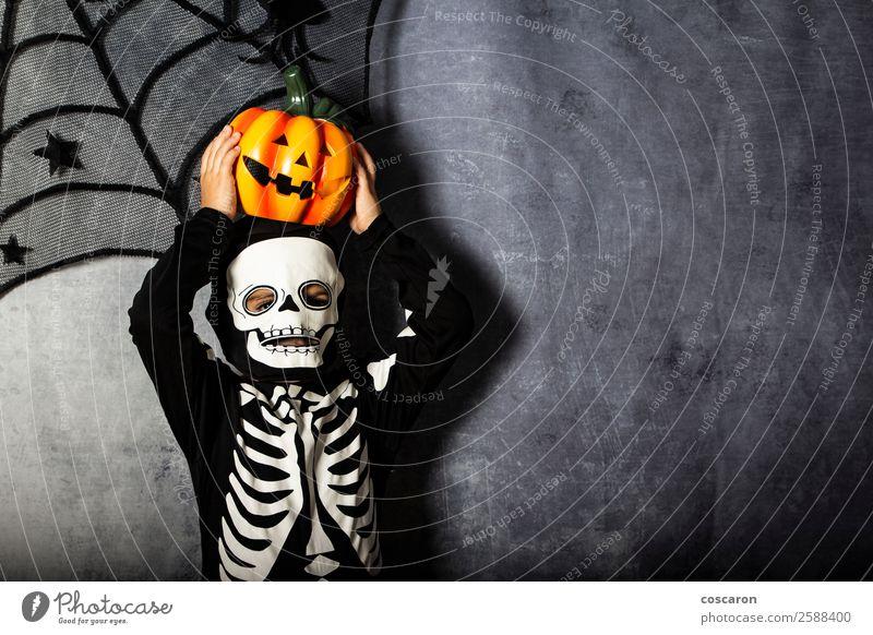Kleiner Junge im Skelettkostüm mit Halloween-Kürbis Freude schön Gesicht Leben Freizeit & Hobby Dekoration & Verzierung Feste & Feiern Valentinstag Jahrmarkt