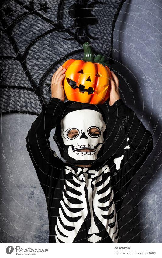 Kleiner Junge im Skelettkostüm mit Halloween-Kürbis Freude schön Gesicht Wimperntusche Leben Dekoration & Verzierung Feste & Feiern Karneval Kind Internet