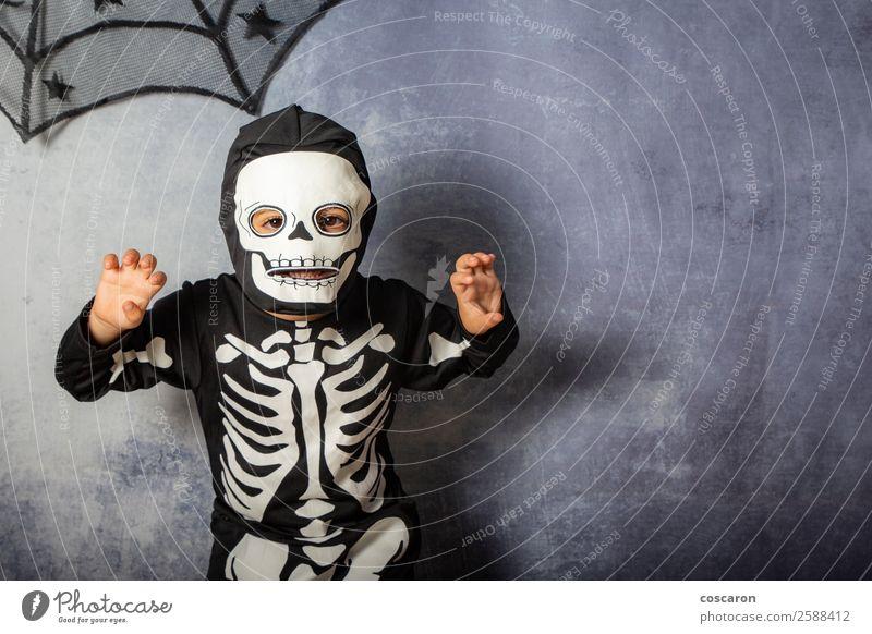 Kleines Kind im Skelettkostüm an Halloween Karneval Freude Glück Gesicht Schminke Freizeit & Hobby Feste & Feiern Jahrmarkt Mensch Kleinkind Junge Kindheit 1