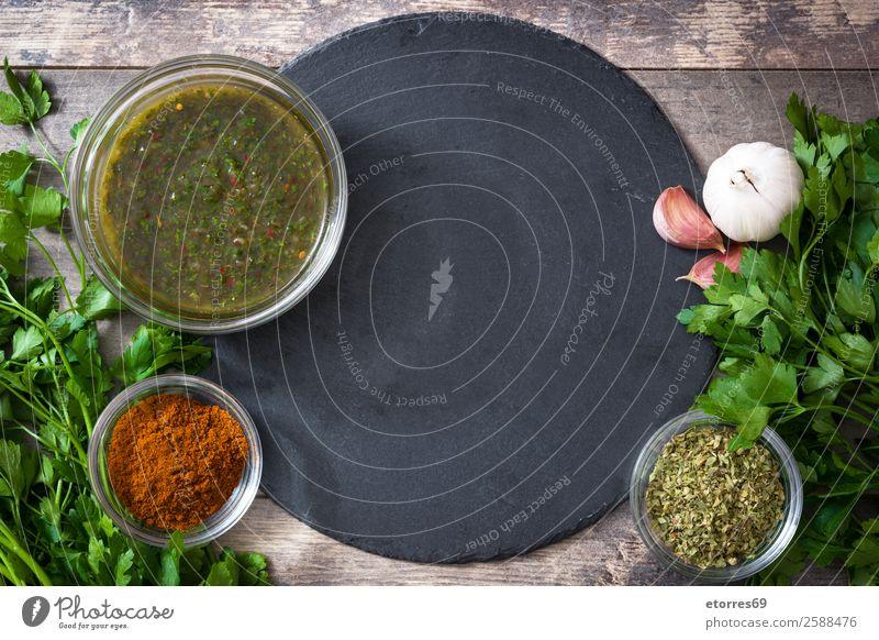 Grüne Chimichurri-Sauce und Zutaten auf Holzuntergrund chimichurri Saucen grün Lebensmittel Gesunde Ernährung Foodfotografie Gesundheit Chili aromatisch