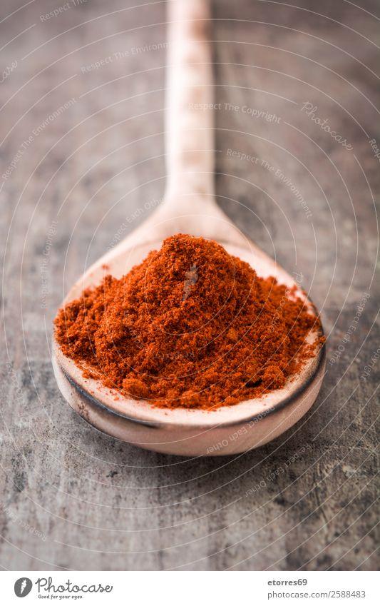 Paprika auf Holzlöffel auf Holzgrund Kräuter & Gewürze Lebensmittel Gesunde Ernährung Foodfotografie rot Cayenne Chili Peperoni Zutaten Pulver Löffel