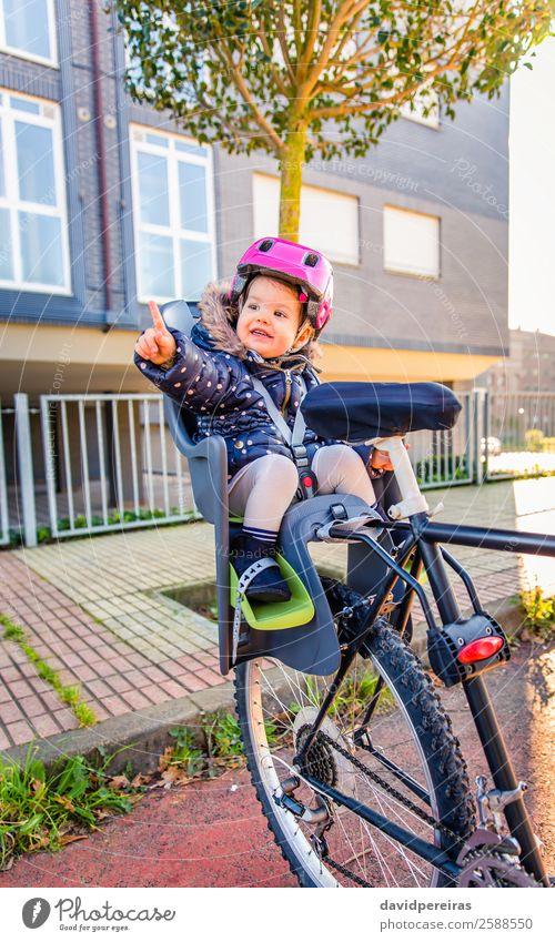 Kleines Mädchen mit Schutzhelm im Fahrradsattel sitzend Lifestyle Freizeit & Hobby Ferien & Urlaub & Reisen Ausflug Stuhl Sport Kind Baby Kleinkind Frau