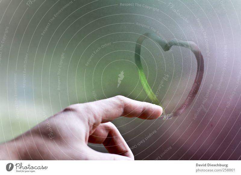 Liebeskummer schön Hand Gefühle Glück Glas Herz Warmherzigkeit Finger malen Zeichen Romantik zeigen Sehnsucht Verliebtheit Anschnitt