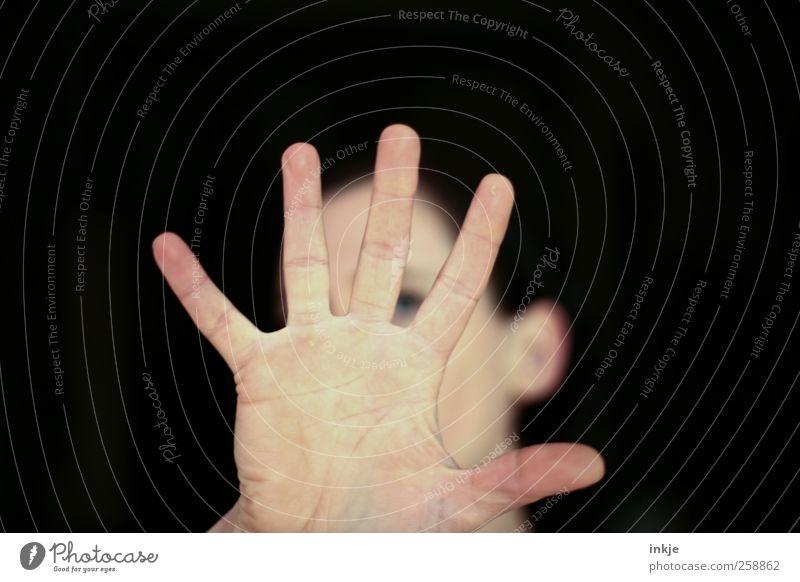 no picture, please Erwachsene Leben Hand Handfläche 1 Mensch Kommunizieren machen Coolness dunkel einfach nah rebellisch trashig Gefühle Stimmung Unlust Scham