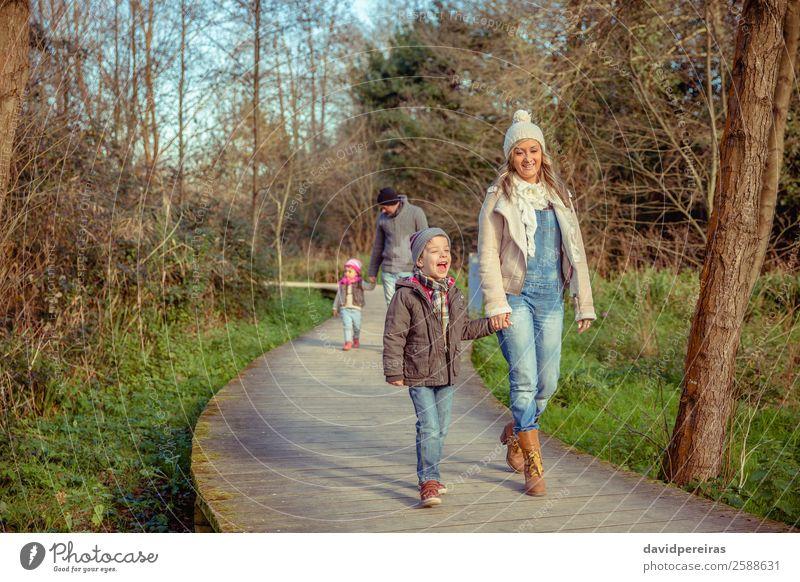 Frau Kind Natur Mann grün Hand Baum Freude Wald Winter Lifestyle Erwachsene Herbst Holz Umwelt Liebe