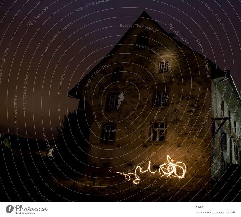 grosses betrunkenes Glühwürmchen Haus Einfamilienhaus Hütte Mauer Wand Fassade Fenster außergewöhnlich bedrohlich Leuchtkäfer Nachtaufnahme Lichterscheinung