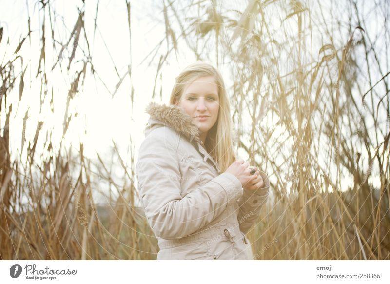 Verblendung Mensch Jugendliche Pflanze Erwachsene feminin Wiese 18-30 Jahre Seeufer Schilfrohr Junge Frau