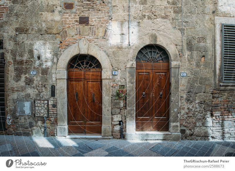 2 doors down blau Haus Reisefotografie schwarz Mauer braun grau Tür Italien Dorf Kleinstadt antik Nachbar Toskana