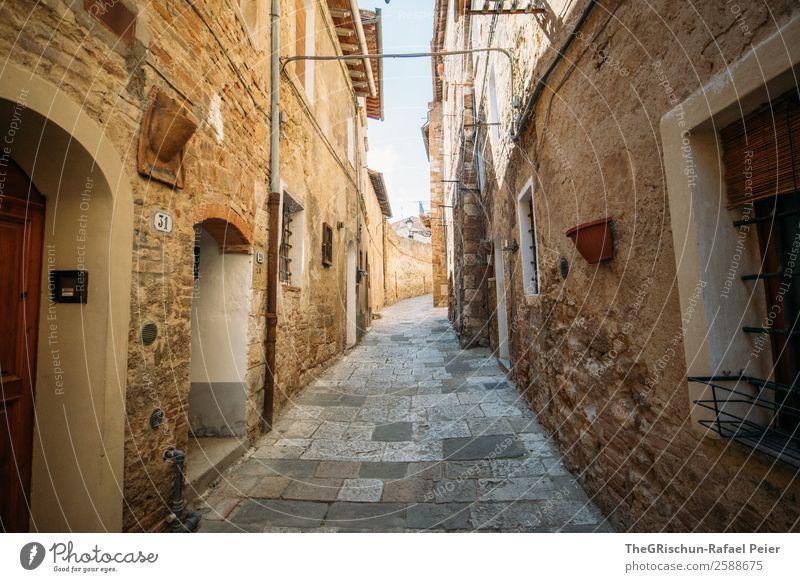 Enge Gasse Dorf Kleinstadt Haus alt Straße Tür Mauer Italien Toskana Ferien & Urlaub & Reisen genießen entdecken Farbfoto Außenaufnahme Menschenleer