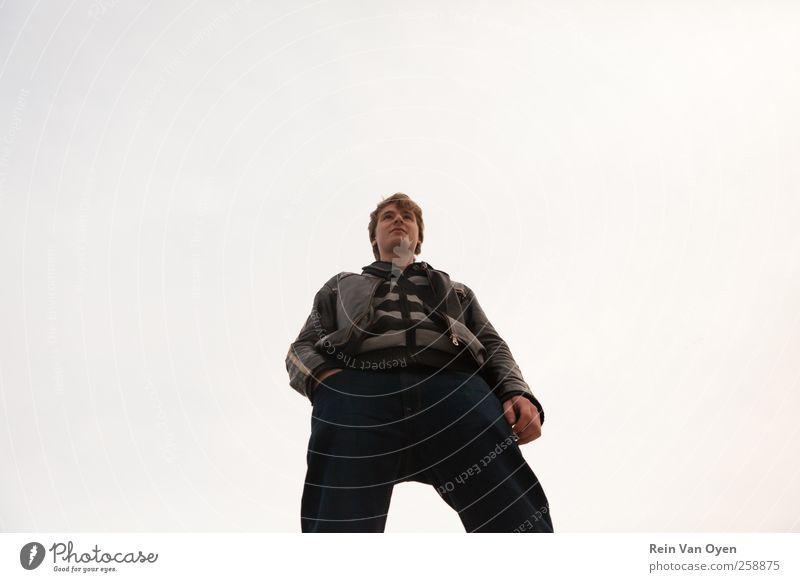 Der große Kerl Mensch maskulin Junger Mann Jugendliche 1 18-30 Jahre Erwachsene Stil Stolz Gedeckte Farben Außenaufnahme Textfreiraum Mitte Hintergrund neutral