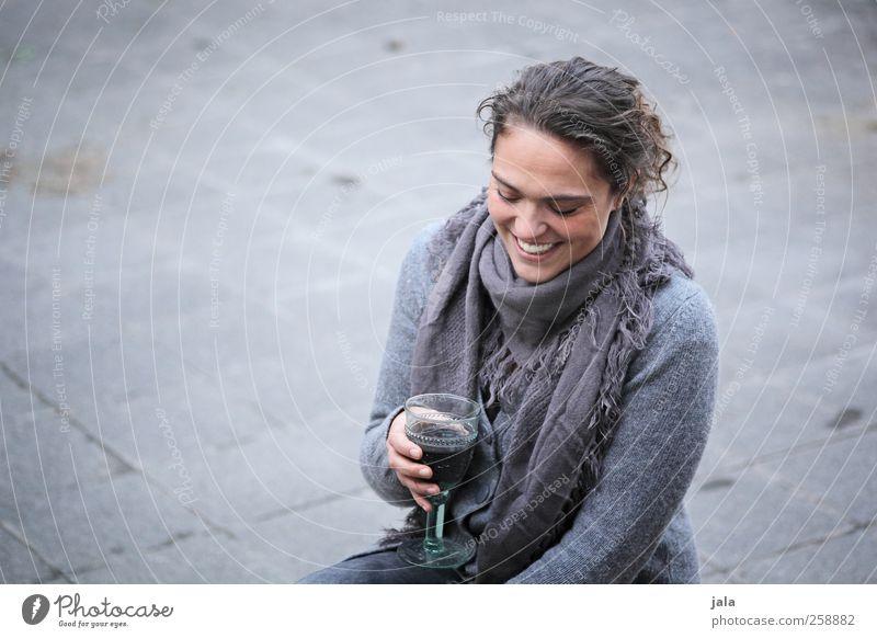 genießerin Getränk trinken Wein Glas Mensch feminin Frau Erwachsene 1 30-45 Jahre Erholung hocken Lächeln lachen sitzen ästhetisch schön lustig grau Freude
