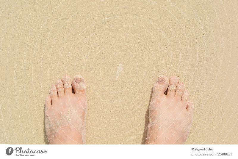 Nahaufnahme der Füße auf Seesand. Sommer-Konzept Lifestyle schön Pediküre Erholung Ferien & Urlaub & Reisen Tourismus Ausflug Sonne Strand Meer Insel Wellen