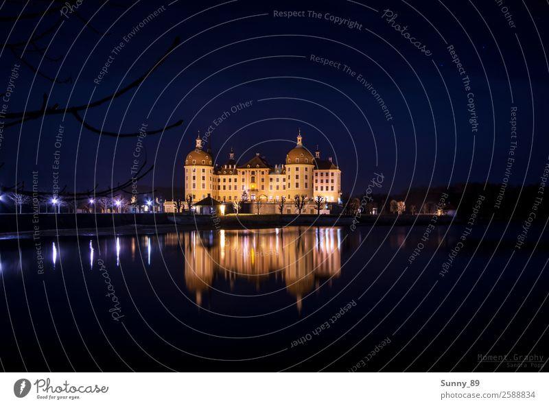Moritzburg bei Nacht Stadt bevölkert Burg oder Schloss Turm Tor Bauwerk Gebäude Architektur Fassade Sehenswürdigkeit Wahrzeichen Denkmal Wasser