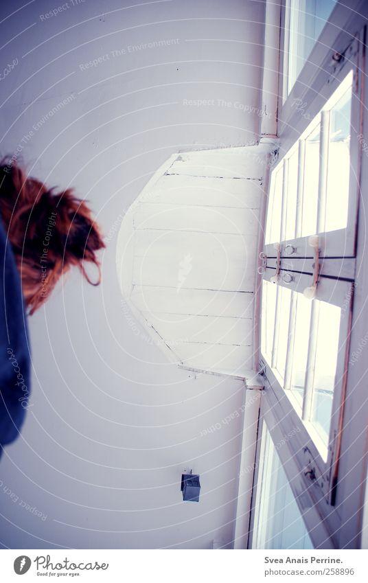 aussichten. 1 Mensch Fenster Decke Fensterscheibe Fensterrahmen Haare & Frisuren rothaarig Dutt kalt Traurigkeit Wegsehen Farbfoto Gedeckte Farben Innenaufnahme