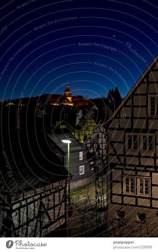 Idylle Tourismus Wolkenloser Himmel Nachthimmel Horizont Schönes Wetter Dorf Kleinstadt Altstadt Haus Einfamilienhaus Kirche Mauer Wand Fassade Fenster Dach