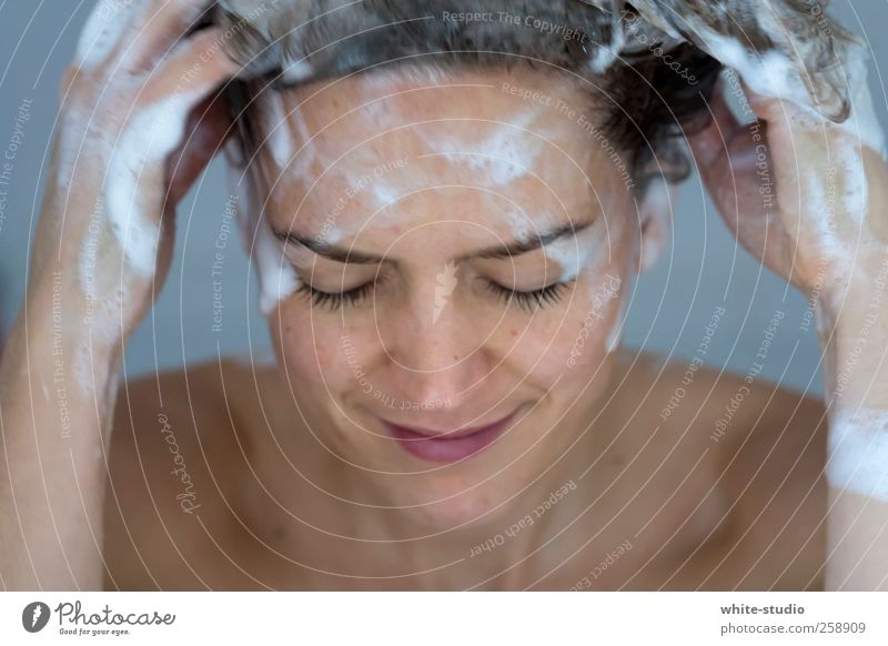 Die sinnlichkeit des Duschens... Mensch Frau Jugendliche Hand schön Erwachsene Erholung Liebe feminin Haare & Frisuren Glück Kopf träumen Junge Frau Körper