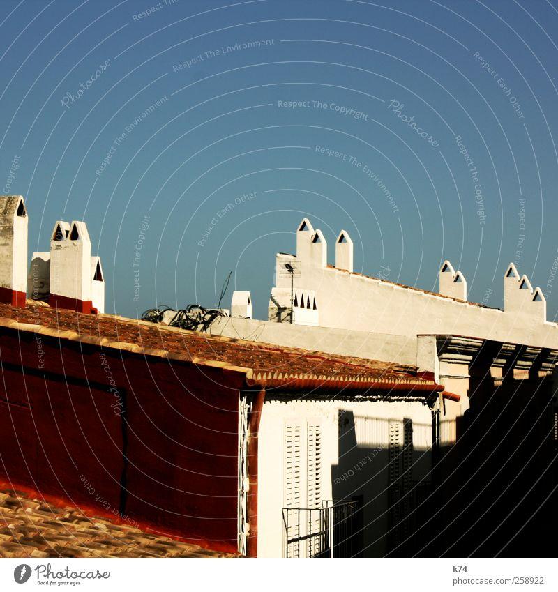 chimeneas Himmel Wolkenloser Himmel Schönes Wetter Dorf Altstadt Skyline Haus Dach Schornstein Wärme blau rot weiß Idylle ruhig Farbfoto Außenaufnahme