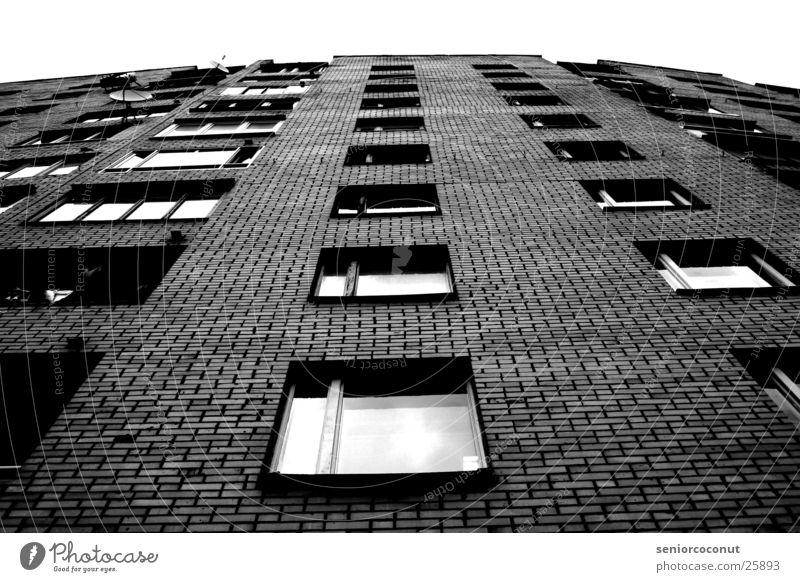 Moscow grey Moskau Fenster unten Hochhaus Haus Balkon Backstein Architektur Häusliches Leben Satelitenschüsseln
