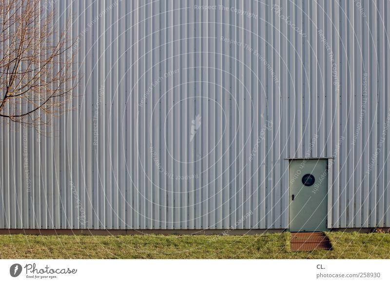 hintertürchen Baum Gras Menschenleer Industrieanlage Fabrik Gebäude Architektur Mauer Wand Fassade Tür klein Neugier Langeweile Eingang Eingangstür Ausgang