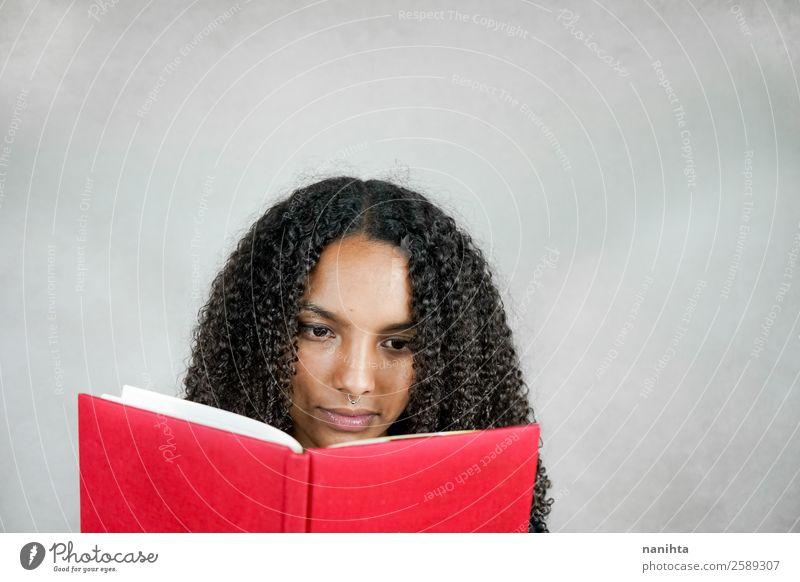 Junge Frau beim Lesen eines Buches Haare & Frisuren Gesicht Freizeit & Hobby Bildung Erwachsenenbildung Schüler lernen Mensch feminin Jugendliche 1 13-18 Jahre