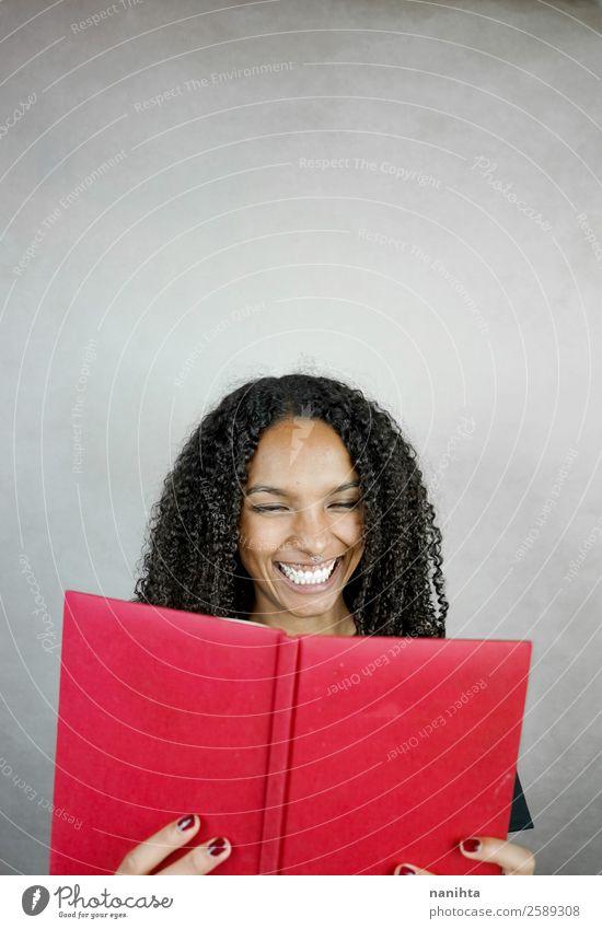 Frau Mensch Jugendliche Junge Frau rot Freude schwarz Erwachsene feminin Haare & Frisuren Freizeit & Hobby 13-18 Jahre Lächeln Kultur Fröhlichkeit lernen