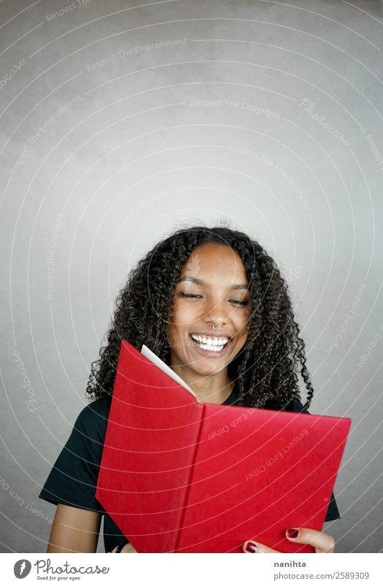 Junge glückliche Frau beim Lesen eines roten Buches Lifestyle Wellness Wohlgefühl Zufriedenheit Freizeit & Hobby Bildung lernen Schüler Mensch feminin