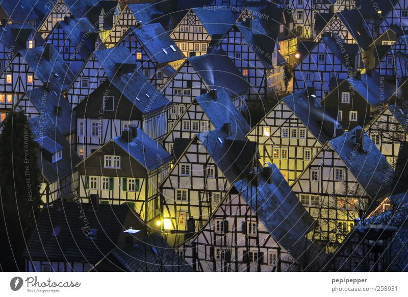 Freudenberger Nächte blau Haus Wand Architektur Gebäude Mauer Wohnung Fassade Tourismus Häusliches Leben Bauwerk Dorf Skyline Denkmal Wahrzeichen