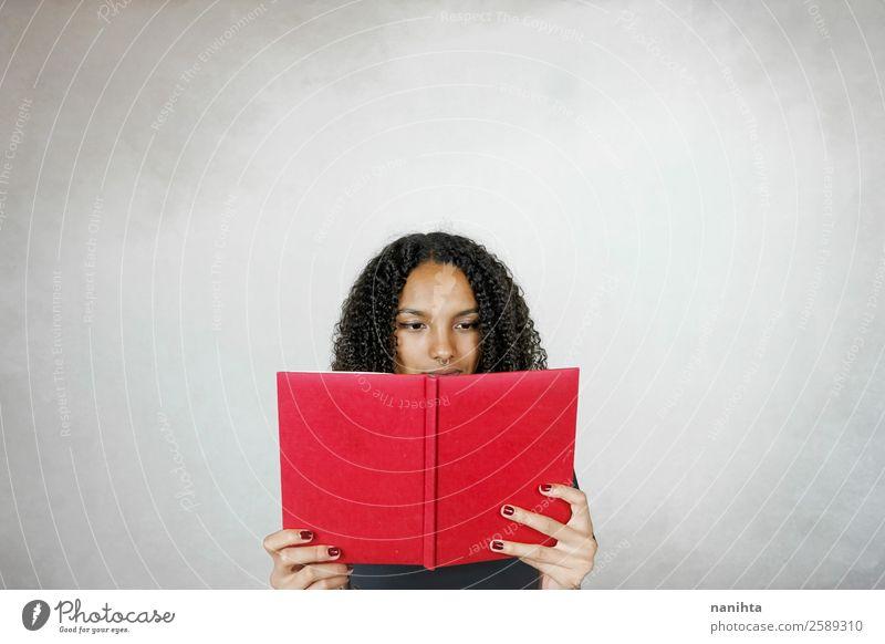 Frau Mensch Jugendliche Junge Frau rot schwarz 18-30 Jahre Lifestyle Erwachsene feminin Schule Haare & Frisuren Freizeit & Hobby Kultur lernen Buch