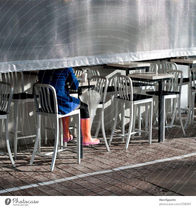 Nach dem Regen Mensch Frau blau Stadt Sonne Erwachsene sitzen trinken Kaffee Regenschirm Café silber Mantel Perspektive Gummistiefel