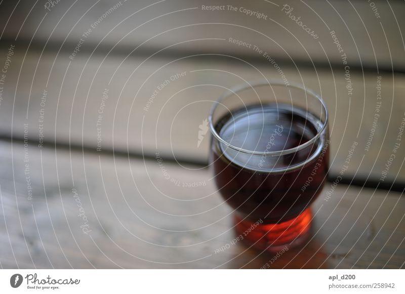 Wasser oder Wein Getränk Alkohol Freizeit & Hobby Garten Tisch stehen authentisch Duft rot Zufriedenheit ästhetisch Rotwein trinken Farbfoto Gedeckte Farben