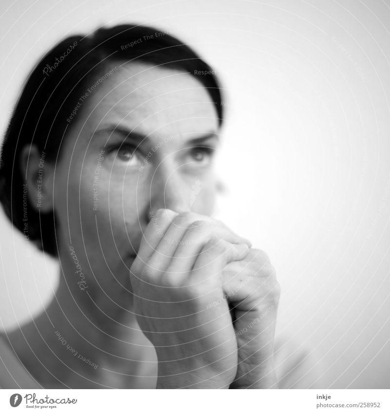 bitten Frau Mensch Hand ruhig Gesicht Erwachsene Leben Gefühle Religion & Glaube Denken Stimmung warten Hoffnung Kommunizieren Wunsch Neugier