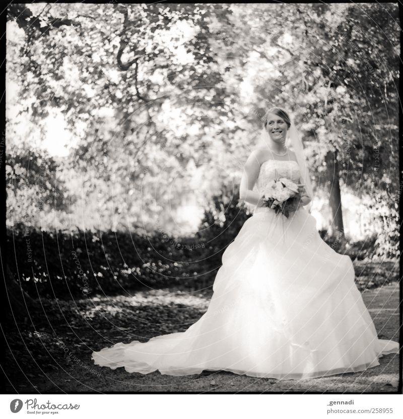 In voller Pracht Mensch feminin Junge Frau Jugendliche Erwachsene Körper 1 18-30 Jahre Lächeln blond Glück Brautkleid Blumenstrauß Wald Wege & Pfade Hochzeit