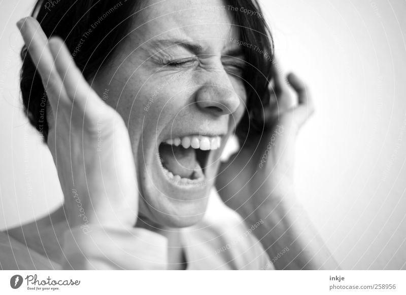 das hohe C Frau Mensch Gesicht Erwachsene Leben Gefühle Stimmung hoch wild authentisch festhalten Schutz Konzentration hören Schmerz schreien
