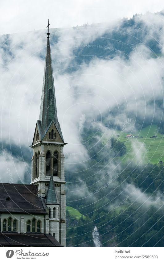 Kirchturm vor nebliger Landschaft Natur grün Baum Erholung Einsamkeit ruhig Wald Ferne Berge u. Gebirge Architektur Religion & Glaube kalt Sport Tourismus braun