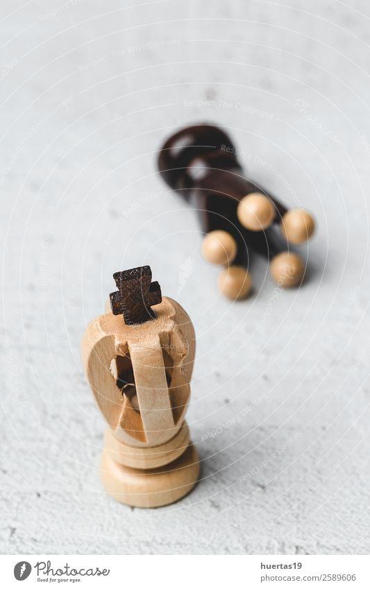 Spiel- und Schachfiguren Spielen Sport Kunst Pferd Konkurrenz Holzplatte Teile Strategie Schachbrett Schlacht Verstand Hintergrund schwarze Stücke weiße Stücke