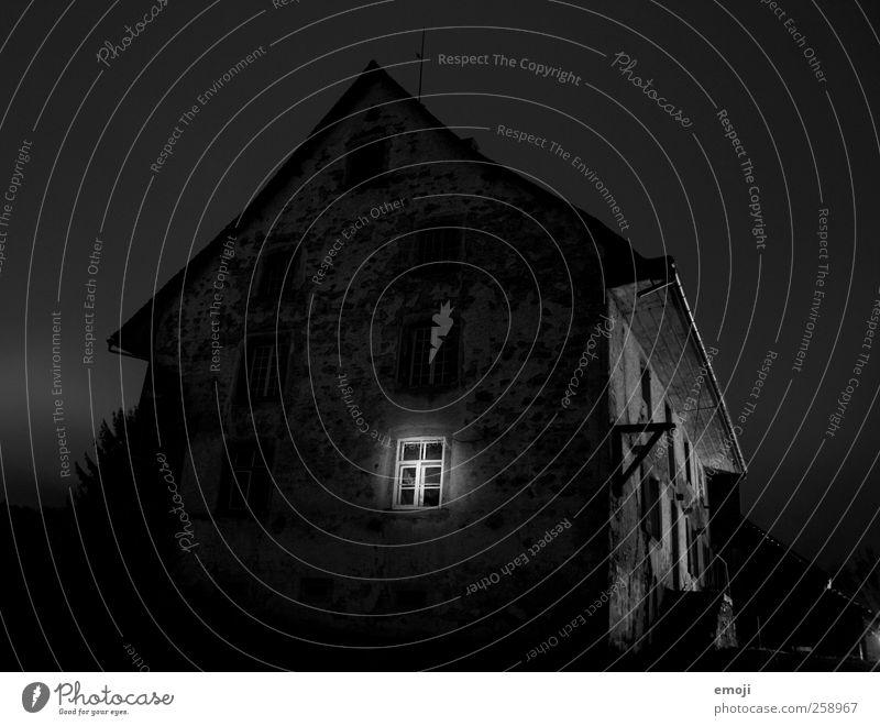 Geisterstunde Haus Einfamilienhaus Hütte Mauer Wand Fassade Fenster dunkel gruselig schwarz Langzeitbelichtung Nachtaufnahme Schwarzweißfoto Außenaufnahme