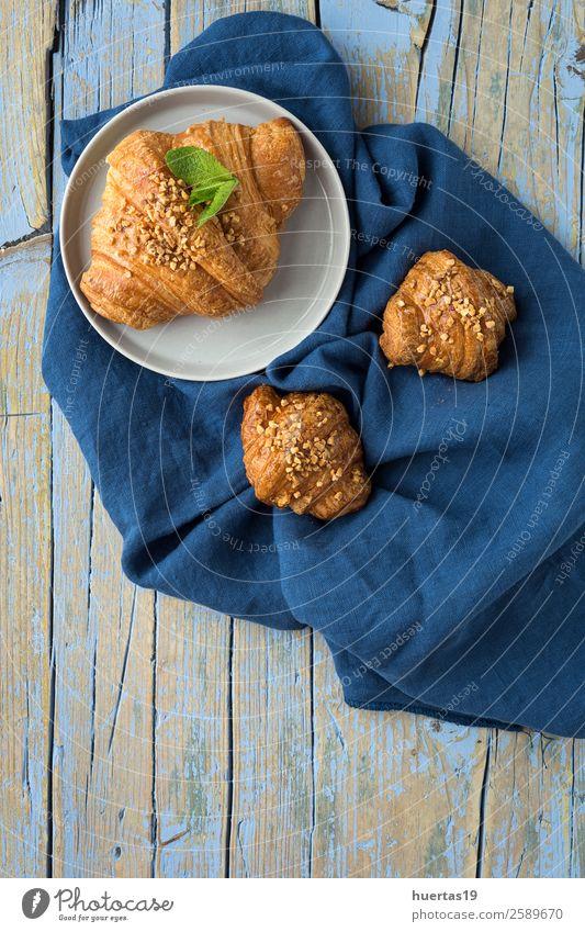 Croissant mit Mandeln Lebensmittel Brot Dessert Süßwaren Frühstück lecker oben gold Hintergrund süß Französisch Backwaren Bäckerei gebastelt kontinental Brunch