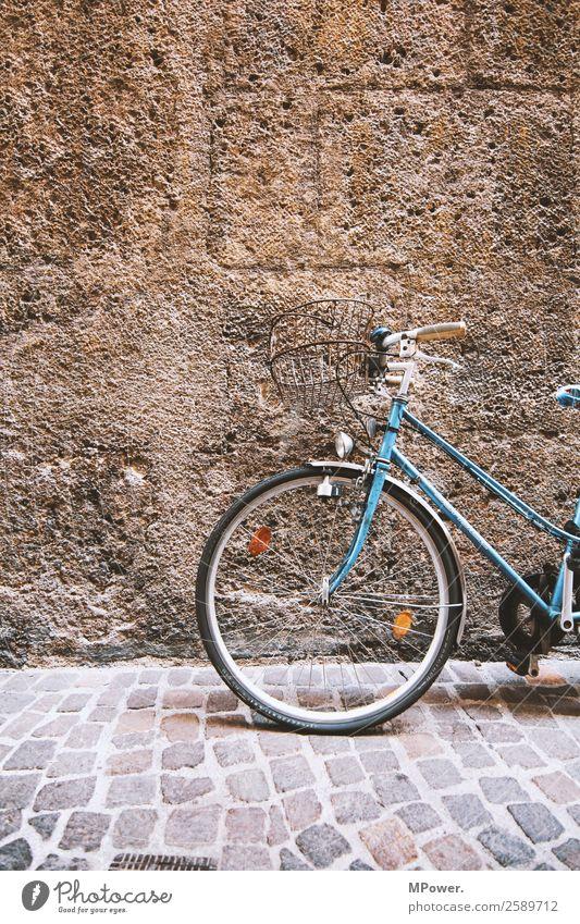 old bike Verkehr Verkehrsmittel Straße alt Fahrrad Mauer Damenfahrrad blau parken Farbfoto Außenaufnahme Menschenleer