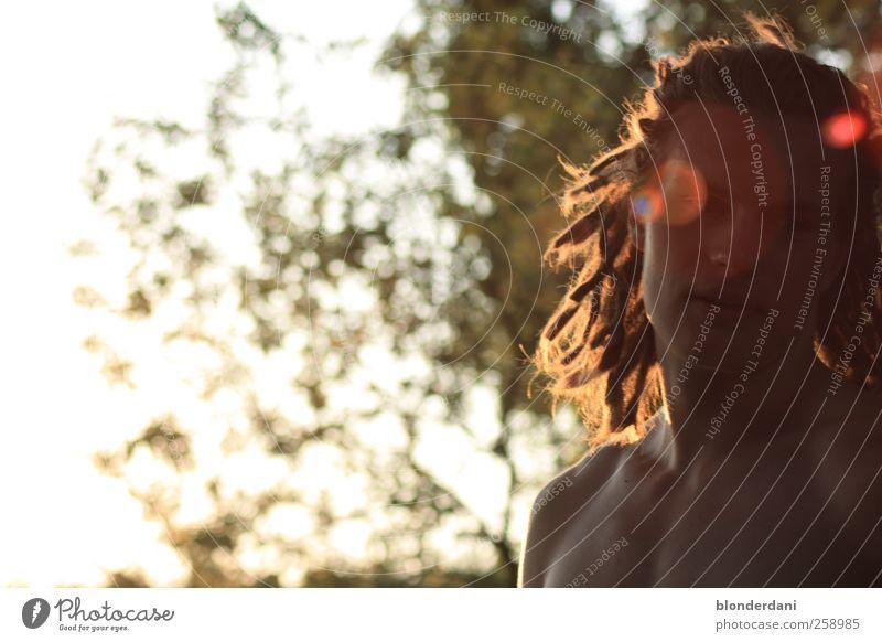 Fleck-matiker maskulin Junger Mann Jugendliche Kopf Haare & Frisuren Brust 1 Mensch 18-30 Jahre Erwachsene Natur Sommer Blatt Garten Badehose blond Rastalocken