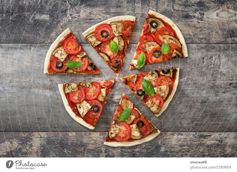 Vegetarisches Pizzastück. Draufsicht. Vegetarische Ernährung Vegane Ernährung Tomate Aubergine Oregano Basilikum Oliven Lebensmittel Gesunde Ernährung